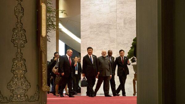 Lideri zemalja BRIKS-a, predsednik Rusije Vladimir Putin, predsednik Kine Si Đinping i premijer Indije Narendra Modi, dolaze na sastanak o trgovini u okviru samita BRIKS-a u kineskom Sjamenu - Sputnik Srbija