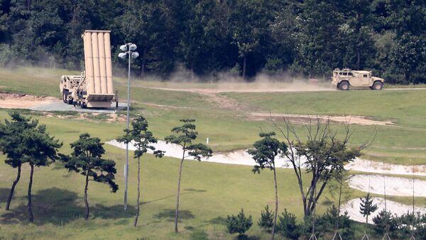 Америчко војно возило пролази поред лансера система ТХААД у бази Сонгџу у Јужној Кореји - Sputnik Србија