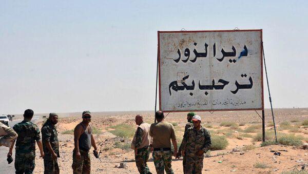 Сиријске владине снаге стоје поред знака Добродошли у Дејр ел Зор на улазу у град - Sputnik Србија