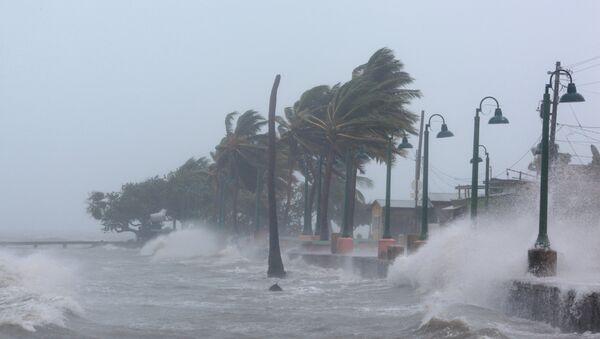 Таласи изазвани ураганом Ирма ударају у обалу северног дела Кариба у Порторику - Sputnik Србија