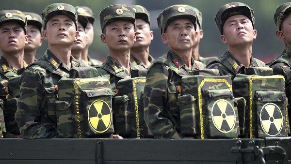 Severnokorejski vojnici sa rančevima obeleženim simbolom nuklearnog oružja (arhivska fotografija) - Sputnik Srbija