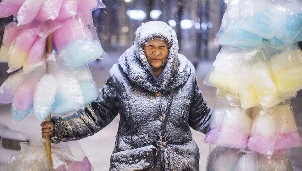 Rad kirgistanskog fotografa Tabildija Kadirbekova Prodavačica šećerne vune - Sputnik Srbija