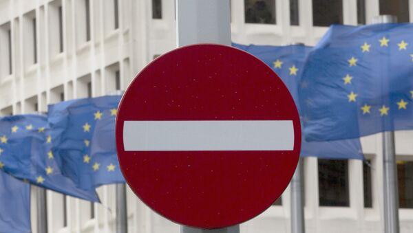 ЕУ заставе на ветру иза без саобраћајног знака испред седишта ЕУ у Бриселу. - Sputnik Србија