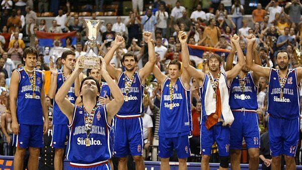 Репрезентација СР Југославије на победничком постољу након освајања Светског првенства у кошарци 2002. у Индијанаполису, САД - Sputnik Србија