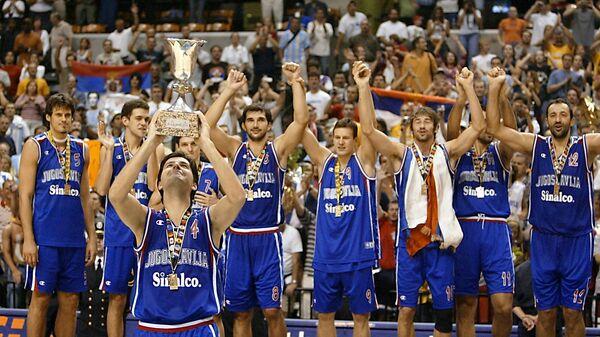 Reprezentacija SR Jugoslavije na pobedničkom postolju nakon osvajanja Svetskog prvenstva u košarci 2002. u Indijanapolisu, SAD - Sputnik Srbija