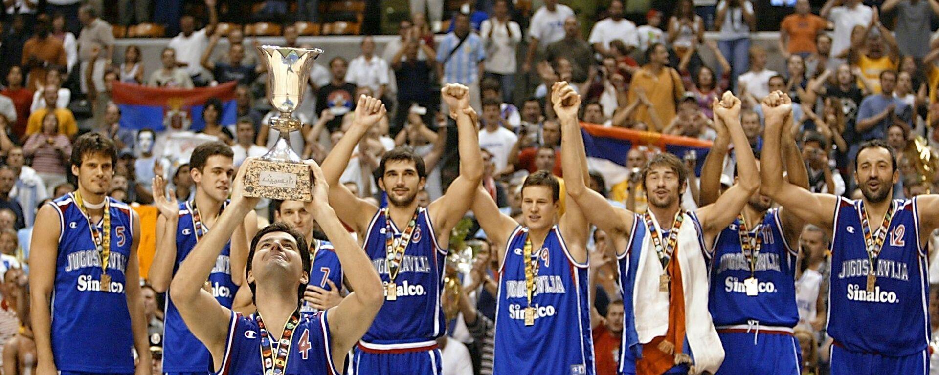 Reprezentacija SR Jugoslavije na pobedničkom postolju nakon osvajanja Svetskog prvenstva u košarci 2002. u Indijanapolisu, SAD - Sputnik Srbija, 1920, 29.09.2021
