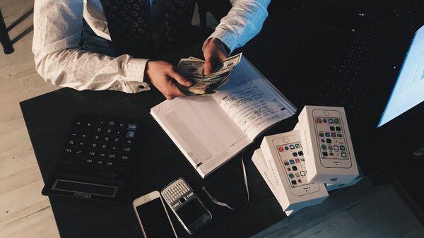 Muškarac broji novac - Sputnik Srbija