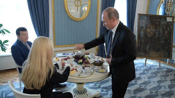 Predsednik Rusije Vladimir Putin i prvi zamenik predsednik predsednika odbora Državne dume za kulturu Josif Kobzon sa suprugom Ninel u Kremlju - Sputnik Srbija