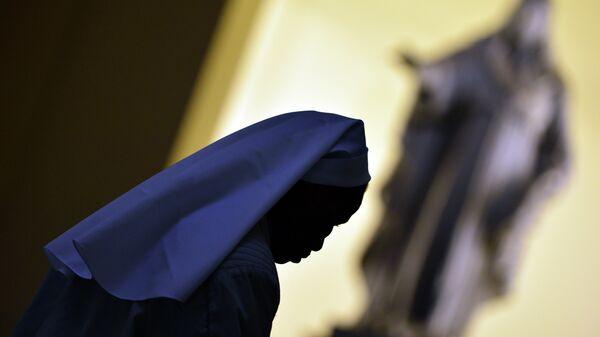 A nun walks in the hall of the Vatican's Gregorian University on November 13, 2012 in Rome - Sputnik Srbija