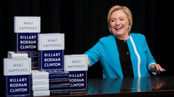 Бивша америчка државна секретарка Хилари Клинтон на потписивању своје књиге Шта се десило на Менхетну - Sputnik Србија