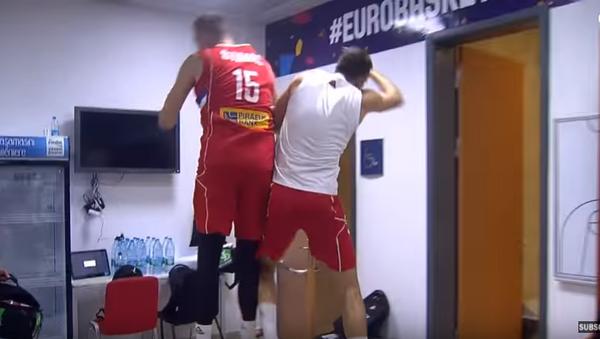 Reprezentativci Srbije u svlačionici slave pobedu nad Italijom. - Sputnik Srbija