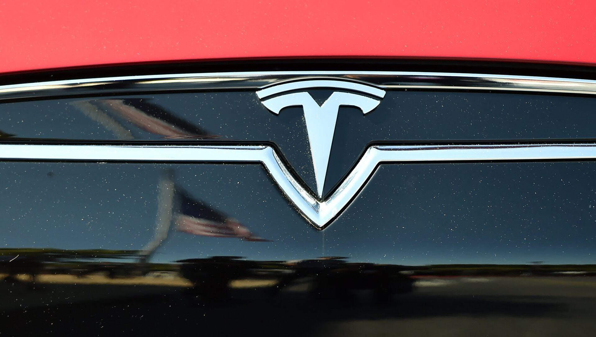 Refleksija američke zastave na automobilu Tesla S. - Sputnik Srbija, 1920, 20.03.2021