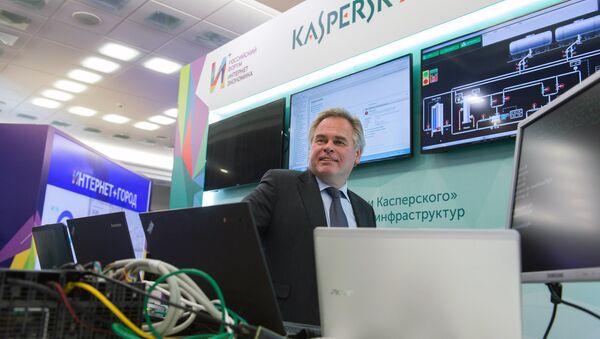 Суоснивач Лабораторије Касперски, Јевгениј Касперски, на штанду компаније у оквиру форума Интернет економија - Sputnik Србија