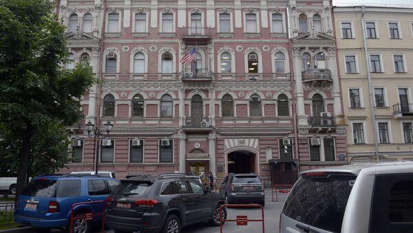 Pripadnici obezbeđenja stoje ispred zgrade američkog konzulata u Sankt Peterburgu - Sputnik Srbija