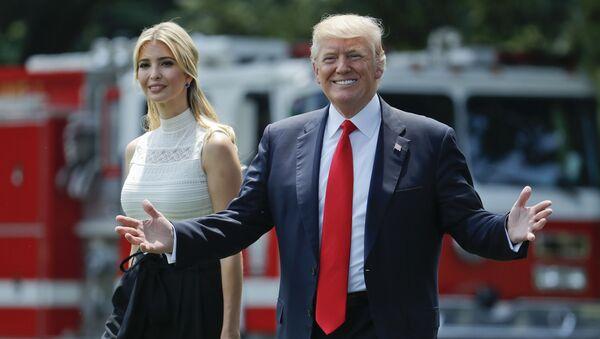 Председник САД Доналд Трамп са ћерком Иванком испред Беле куће - Sputnik Србија