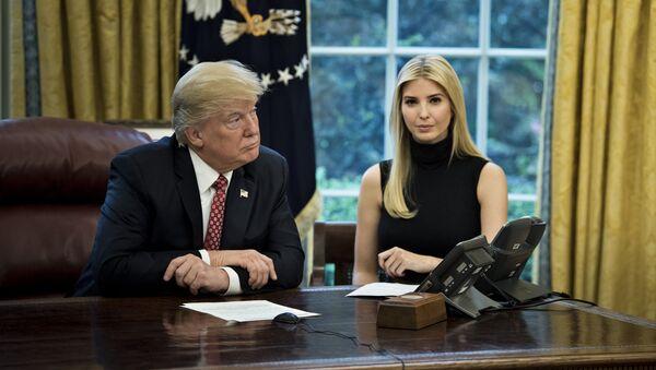 Američki predsednik Donald Tramp sa ćerkom Ivankom u Beloj kući - Sputnik Srbija
