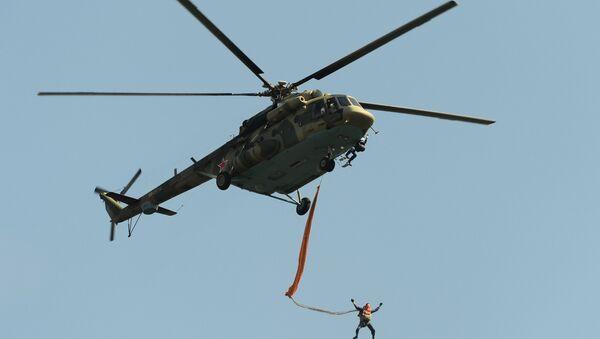 Ruski padobranci iskaču iz Mi-8 - Sputnik Srbija