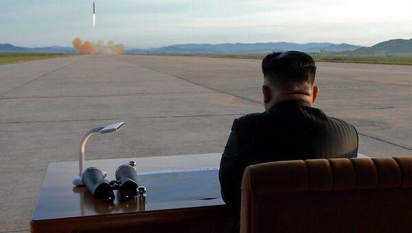 Severnokorejski lider Kim Džong Un posmatra lansiranje rakete Hvasong 12 - Sputnik Srbija