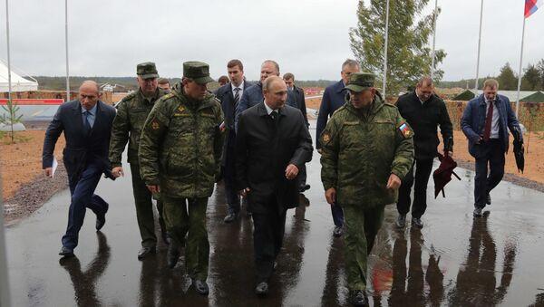 Ruski perdsednik Vladimir Putin, ministar odbrane Sergej Šojgu i zamenik ministra odbrane Valerij Gerasimov - Sputnik Srbija