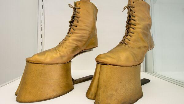 Ципеле у облику коњских копита из рок опере Блек рајдер немачке дизајнерке Барбаре Кистнер. - Sputnik Србија