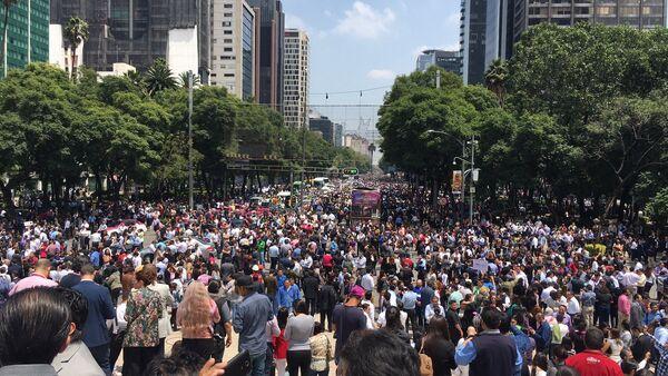 Ljudi izlaze na ulicu Paseo de la Reforma u Meksiko Sitiju nakon snažnog zemljotresa - Sputnik Srbija