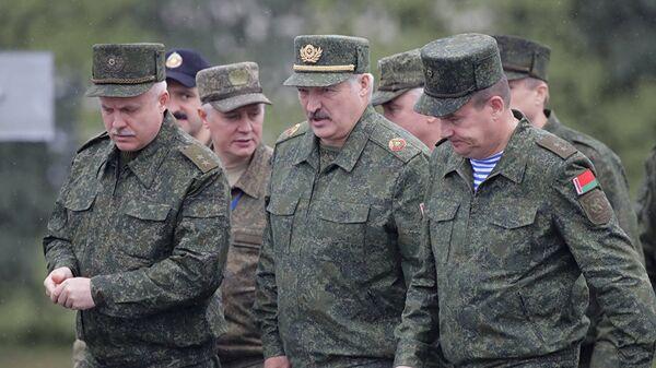 Aleksandar Lukašenko sa vojskom - Sputnik Srbija