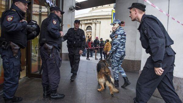 Припадници полиције проверавају дојаву о постављеној бомби - Sputnik Србија