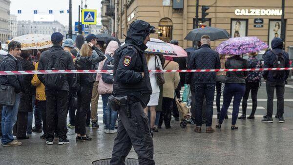 Припадник полиције након дојаве о подметнутој бомби - Sputnik Србија