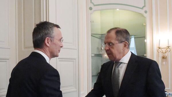 Generalni sekretar NATO-a Jens Stoltenberg i ministar spoljnih poslova Rusije Sergej Lavrov tokom sastanka na marginama Minhenske konferencije - Sputnik Srbija