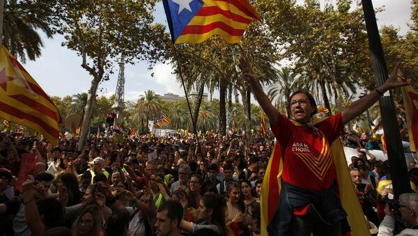Женa са заставом независности Каталоније током протеста у Барселони, Шпанија Четвртак, 21. септембра 2017. - Sputnik Србија
