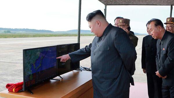 Севернокорејски лидер Ким Џонг Ун надгледа лансирање ракете Хвасонг 12 - Sputnik Србија