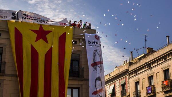 Демонстранти бацају гласачке листиће на окупљене на тргу Сант Хуаме у Барселони. - Sputnik Србија