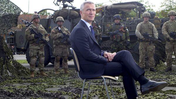 Јенс Столтеберг са НАТО војницима у Орзисзу, у Пољској - Sputnik Србија