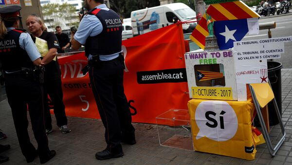 Шпанска полиција приводи каталонског активисту. - Sputnik Србија