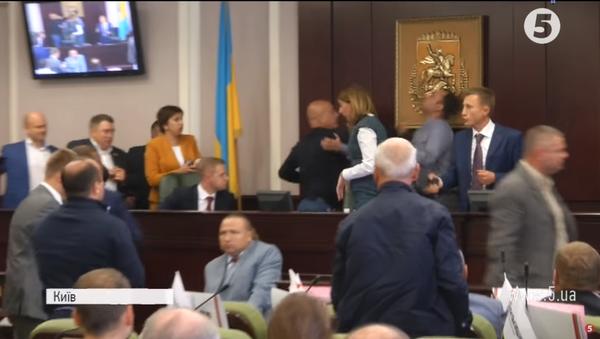 Brutalna tuča poslanika u Kijevu: Slomljena vilica i potres mozga - Sputnik Srbija