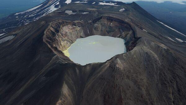 Кратерное озеро вулкана Малый Семячик на Камчатке - Sputnik Србија