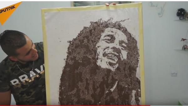 Портрет Боба Марлија насликан кафом и сољу. - Sputnik Србија