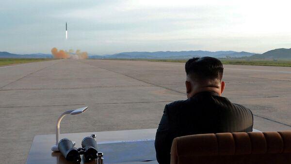 Ким Џонг Ун посматра лансирање балистичке ракете - Sputnik Србија