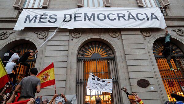 """Демонстранти покушавају да поцепају транспарент на којем на каталонском пише """"Више демократије"""" - Sputnik Србија"""