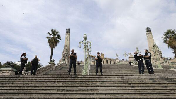 Policajci na stepenicama koje vode ka glavnoj železničkoj stanici u Marseju. - Sputnik Srbija
