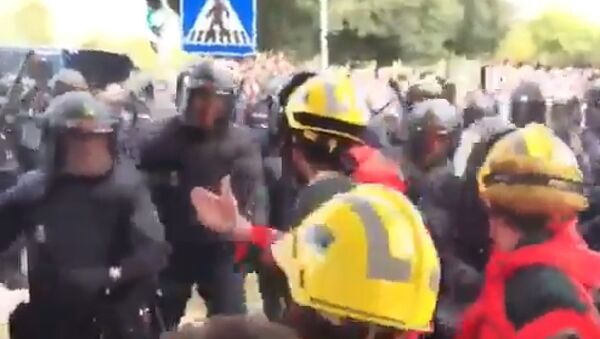 Španska policija u sukobu s katalonskim vatrogascima - Sputnik Srbija