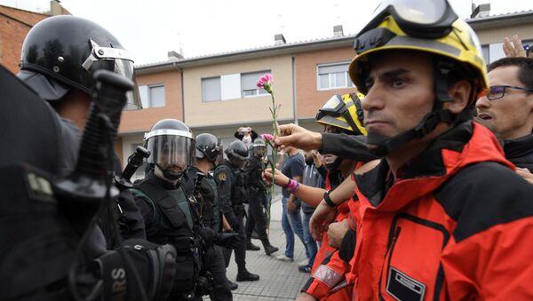 Vatrogasci nasuprot policiji u Kataloniji - Sputnik Srbija