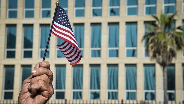 Kubanac drži američku zastavu ispred ambasade SAD u Havani - Sputnik Srbija