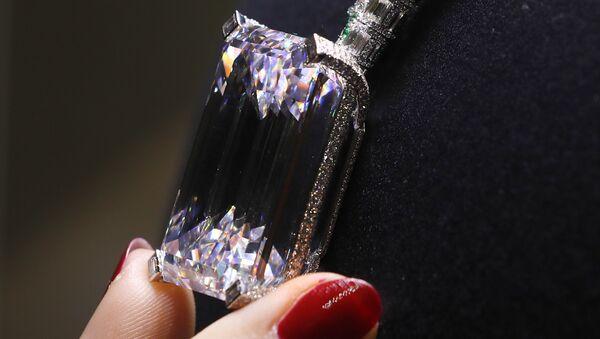 Највећи провидни дијамант боје Д представљен на аукцији куће Кристи у Лондону - Sputnik Србија