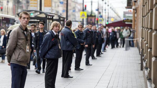 Припадници обезбеђења стоје у кордону у центру Санкт Петербурга. Оперативне службе проверавају дојаве о подметнутим бомбама у зградама у центру града. - Sputnik Србија