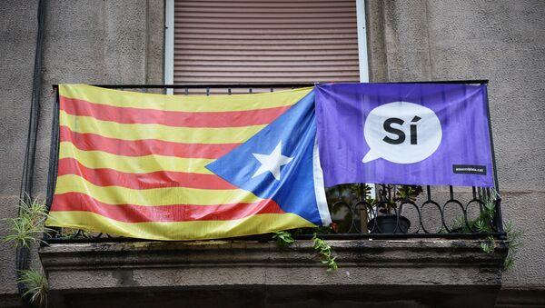 Плакат и застава на једној тераси у Барселони током референдума за независност Каталоније - Sputnik Србија
