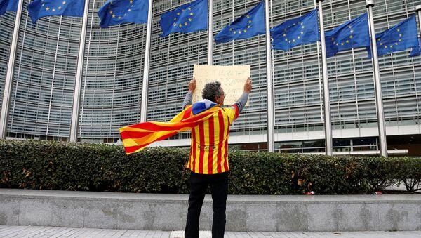 Čovek sa katalonskom separatističkom zastavomi spred sedišta Evropske komisije u Briselu nakon referenduma o nezavisnosti u Kataloniji u Belgiji 2. oktobra 2017. - Sputnik Srbija