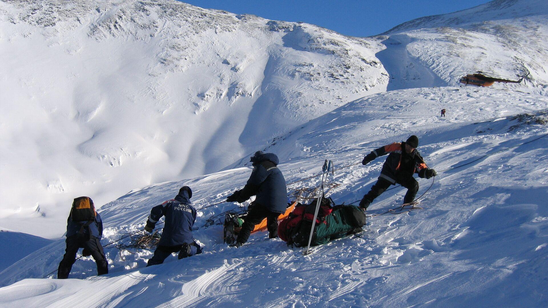 Евакуација повређеног после лавине на Бајкалу. Најчешће страдају непажљиви планинари и сноубордери. - Sputnik Србија, 1920, 24.09.2021