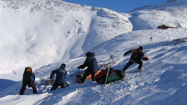 Евакуација повређеног после лавине на Бајкалу. Најчешће страдају непажљиви планинари и сноубордери. - Sputnik Србија