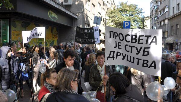 Protest Stop nasilju nas profesorima u Beogradu ispred Trgovačke škole. - Sputnik Srbija